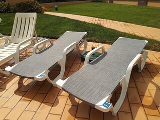 2 Espreguiçadeiras disponíveis na piscina
