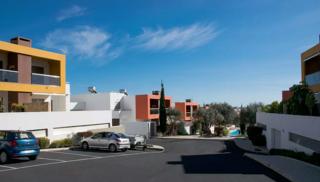 estacionamento comum no interior do condomínio